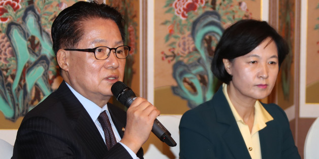 국민의당 박지원 비상대책위원장(왼쪽)이 9일 국회 사랑재에서 열린 야3당 대표 회담에서 입장을 밝히고 있다. 오른쪽은 더불어민주당 추미애 대표.