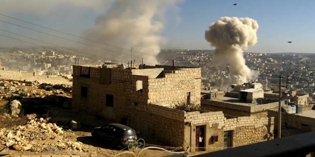 Nach einem Luftangriff am 5. November steigt Rauch in Aleppo auf
