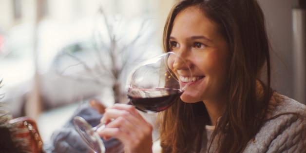 Studie: Wenn du schon rauchst, dann trink besser noch ein Glas Wein dazu