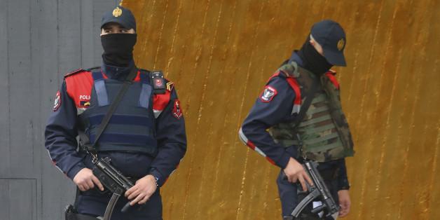 Albanische Polizisten bewachen ein Hotel in Tirana, in dem die israelische Nationalmannschaft untergekommen ist.