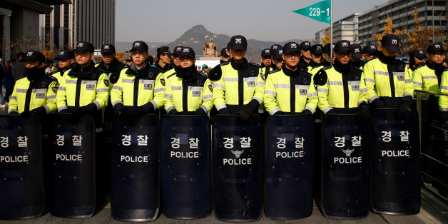 """Policemen are deployed as protesters make their way towards the presidential Blue House during a """"cleaning the road around the presidential Blue House"""" activity criticizing South Korean President Park Geun-hye in central Seoul, South Korea, November 16, 2016. REUTERS/Kim Kyung-Hoon"""