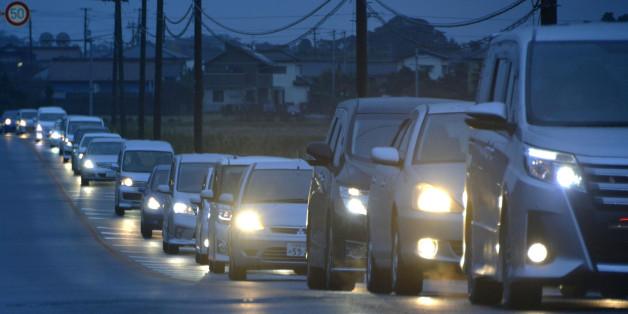 2일 새벽 일본 후쿠시마(福島)현에서 강진이 발생하며 쓰나미(지진해일) 경보가 내려지자 같은 현 이와키시 주민들이 차량을 이용해 대피하고 있다.