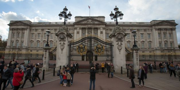 Tourists take pictures outside Buckingham Palace in central London in November 18, 2016.Officials have said that the palace is to undergo a major ten year refurbishment, costing more than £360 million. / AFP / Daniel LEAL-OLIVAS        (Photo credit should read DANIEL LEAL-OLIVAS/AFP/Getty Images)