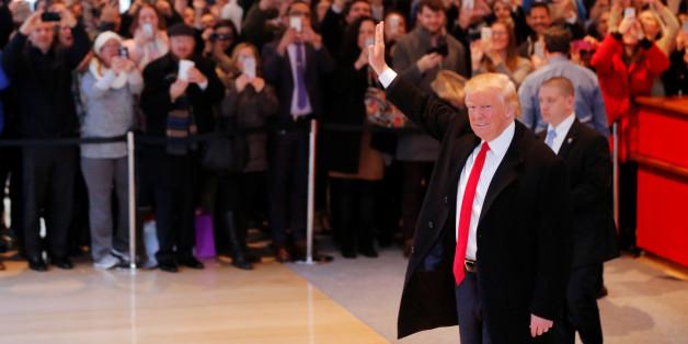 """Donald Trump verlässt das Gebäude der """"New York Times"""" nach einem Treffen mit Journalisten"""