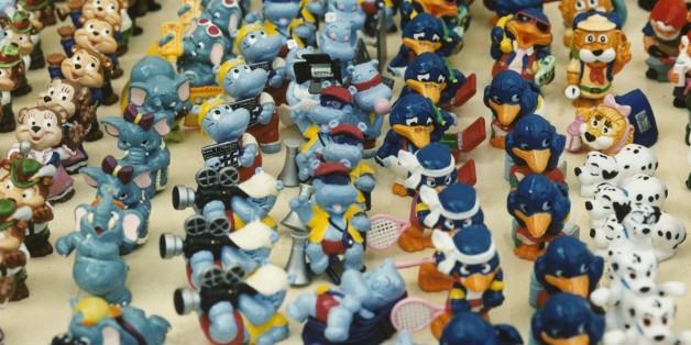 (GERMANY OUT) Eine Parade von hintereinander aufgestellten Plastikfiguren, die aus Kinder-Schokoladeneiern stammen und zu begehrten Sammlerobjekten geworden sind. Undatiertes Foto. (Photo by Becker & Bredel/ullstein bild via Getty Images)