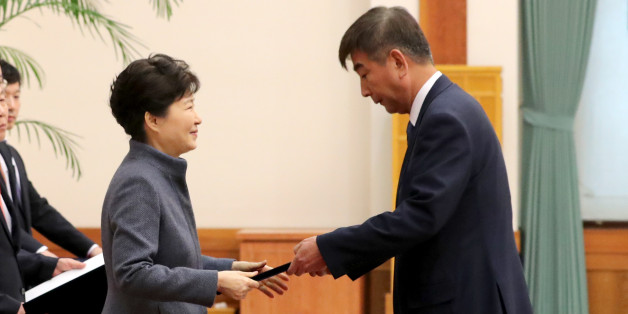 박근혜 대통령이 18일 오후 청와대에서 열린 신임 정무직 임명장 수여식에서 최재경 민정수석에게 임명장을 수여하고 있다.