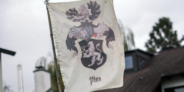 """Auf dem Grundstück eines sogenannten Reichsbürgers im bayerischen Georgensgmünd weht eine Flagge mit der Aufschrift """"Plan"""""""