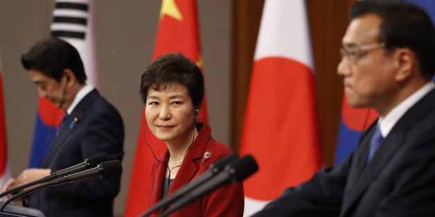 South Korean President Park Geun-hye, center, looks at Chinese Premier Li Keqiang, right, as Japanese Prime Minister Shinzo Abe stands by during a news conference after trilateral summit at the Presidential Blue House in Seoul, South Korea, Sunday, Nov. 1, 2015. The leaders of South Korea, China and Japan met Sunday for their first summit talks in more than three years as the Northeast Asian powers struggle to find common ground amid bickering over history and territory disputes. (Kim Hong-Ji/Po