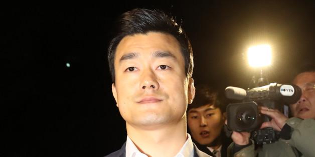 이영선 전 청와대 행정관이 서울 서초동 검찰 특별수사본부에서 참고인 신분으로 조사를 받은 10월 30일 새벽 귀가하고 있다.