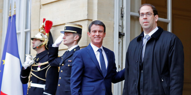 Tunisia's Prime Minister Youssef Chahed (R) is welcomed by French counterpart Manuel Valls at the Hotel Matignon in Paris, November 9, 2016. REUTERS/Jacky Naegelen