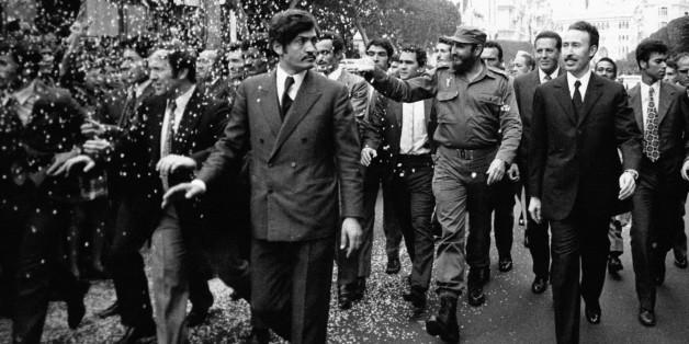 ALGER, ALGERIE - 14 MAI: En visite officielle en Algerie, le Premier ministre cubain Fidel Castro accompagne du Colonel Boumediene traverse la ville a pied, le 14 mai 1972 a Alger, Algerie.  (Photo by Keystone-France\Gamma-Rapho via Getty Images)