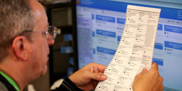 Ein Mitarbeiter einen Wahllokals prüft einen Stimmzettel während der US-Wahl 2016
