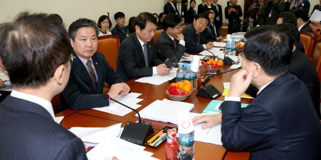 기획재정위원회 조세소위원장인 새누리당 강석훈 의원(가운데)이 22일 국회에서 열린 조세소위원회의를 주재하고 있다.