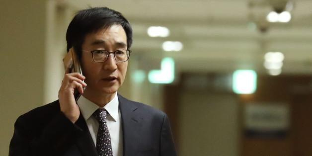 이준식 사회부총리 겸 교육부 장관이 27일 오후 서울 세종로 정부서울청사에 들어서며 통화하고 있다.