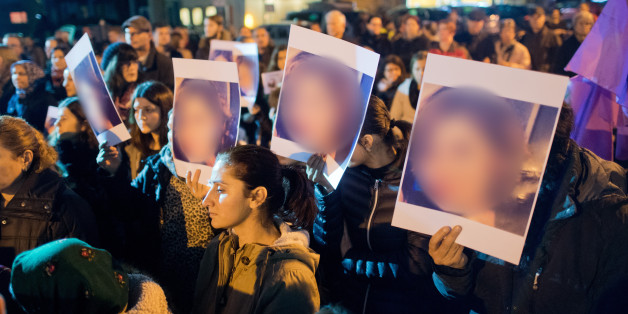 Angehörige und Freunde des Opfers stehen am 23.11.2016 bei einer Mahnwache in der Prinzenstraße in Hameln