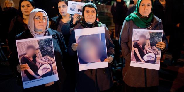 Angehörige und Freunde des Opfers stehen am 23. November bei einer Mahnwache in Hameln