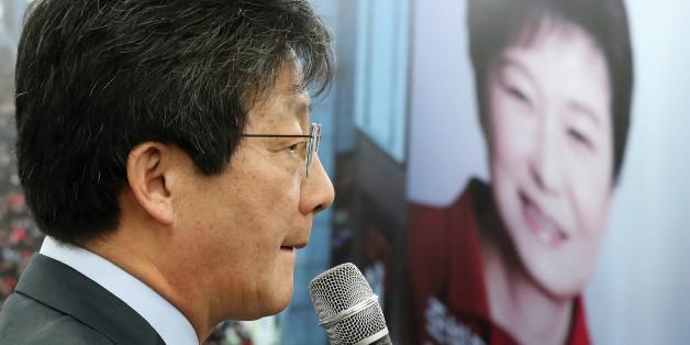 새누리당 유승민 의원이 16일 오전 새누리당 대구시당에서 기자들을 만나 질문에 답하던 중 유 의원 뒤로 박근혜 대통령 사진이 보이고 있다.