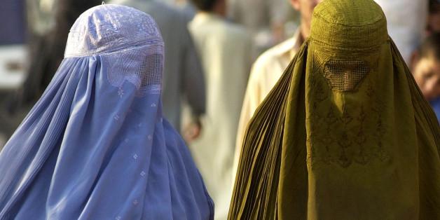 Zwei Burka-Trägerinnen in Pakistan