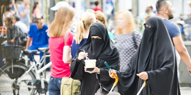 Zwei Frauen in Burkas in der Frankfurter Innenstadt