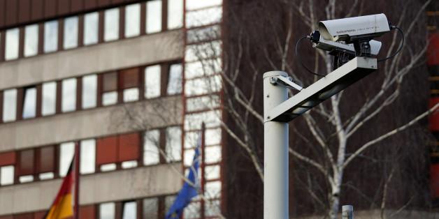 Eine Videokamera vor dem Gebäude des Verfassungsschutz in Köln