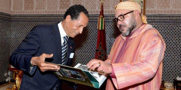 """Le photographe Mohamed Maradji présente au roi Mohammed VI son dernier livre """"Les trois monarques, l'histoire par la photographie"""", 7 novembre 2016"""
