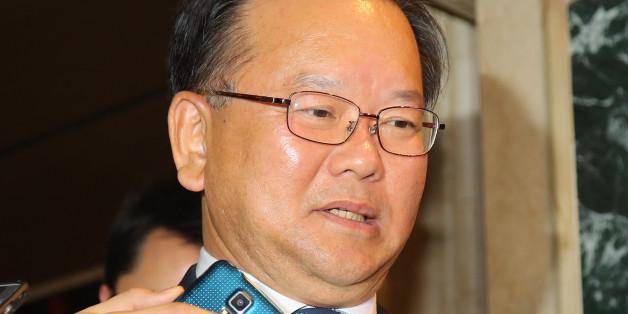 더불어민주당 김부겸 의원이 추미애 대표와 새누리당 김무성 전 대표가 1일 오전 탄핵관련 긴급회동을 갖고 있는 여의도 한 호텔에서 조찬 모임을 하고 나오다 취재진을 만난 뒤 인터뷰를 고사하고 있다.