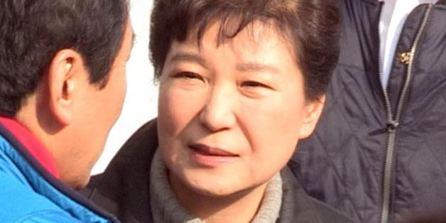 박근혜 대통령이 1일 오후 큰 화재가 난 대구 중구 서문시장을 방문해 관계자와 이야기하고 있다.