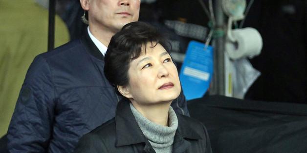 박근혜 대통령이 1일 큰 화재가 발생한 대구 서문시장을 방문, 피해 현장을 둘러보고 있다.