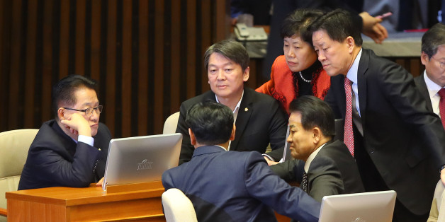 국민의당 박지원 비상대책위원장과 안철수 전 상임공동대표를 비롯한 의원들이 1일 오후 국회에서 열린 본회의 도중 대화하고 있다.