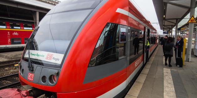 In einem Regionalzug brach ein Kranker zusammen. Nun sucht die Polizei seine Helfer