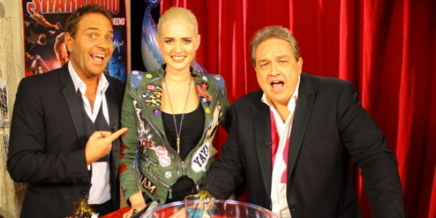"""Peter Rütten und Oliver Kalkofe interviewen zur TV-Ausstrahlung von """"Sharknado 4"""" auf Tele 5 Sarah """"Dingens"""" Knappik."""