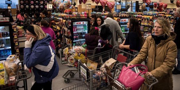 Reiches Paar macht sich über arme Mutter im Supermarkt lustig.