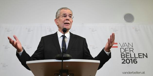 Austrian Presidential candidate Alexander Van der Bellen makes a press statement in Vienna on December 4, 2016. 
