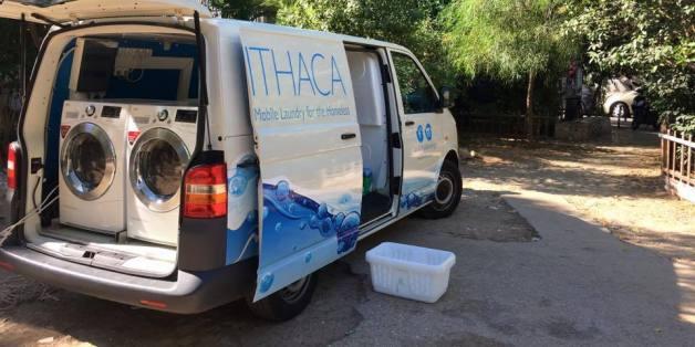 Vier junge Griechen haben den mobilen Waschsalon Ithaca Laundry für Obdachlose ins Leben gerufen