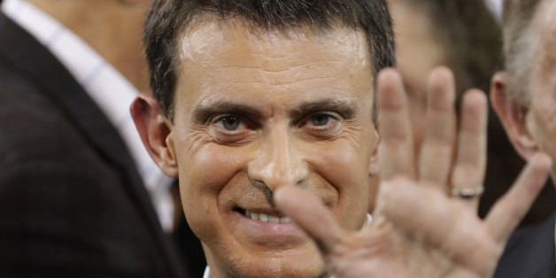 French Prime Minister Manuel Valls waves at the end of a news conference where he announced that he is a candidate for next year's French presidential election, at the town hall in Evry, near Paris, France, December 5, 2016.  REUTERS/Christian Hartmann