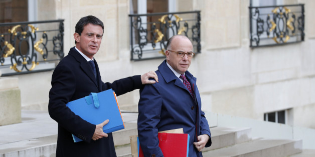 French Prime Minister Manuel Valls (L) and Interior Minister Bernard Cazeneuve leave the weekly cabinet meeting at the Elysee Palace in Paris, France, November 23, 2016.  REUTERS/Philippe Wojazer