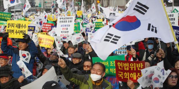 박근혜 대통령 즉각 퇴진을 요구하는 6차 주말 촛불집회가 열리는 3일 오후 서울 동대문디자인플라자 앞에서 '박근혜 대통령을 사랑하는 모임(박사모)' 등 단체 주최로 맞불집회가 열리고 있다.