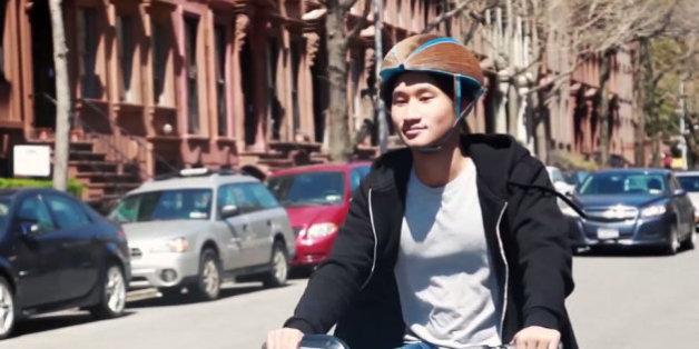 Ce casque de vélo est uniquement fait de carton mais est très résistant