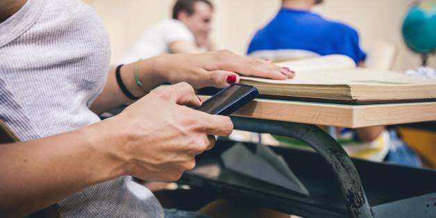 Schülerin mit einem Smartphone (Symbolbild)