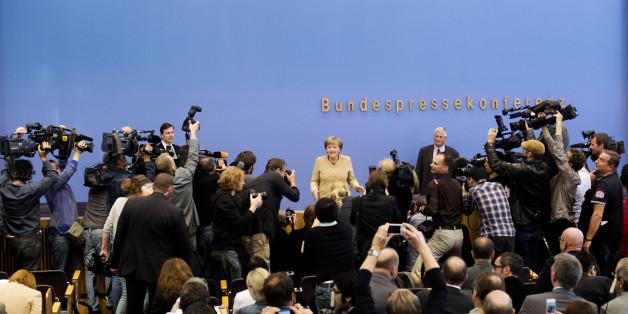 Bundeskanzlerin Angela Merkel umringt von Journalisten