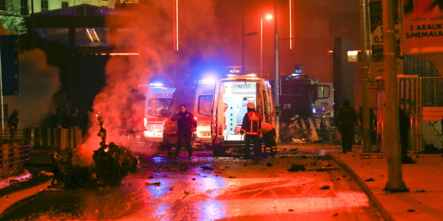Police arrive at the site of an explosion in central Istanbul, Turkey, December 10, 2016. REUTERS/Murad Sezer     TPX IMAGES OF THE DAY