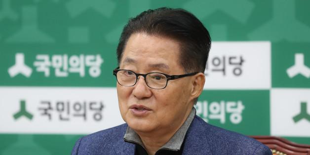 국민의당 박지원 원내대표가 11일 오전 국회에서 기자간담회를 하고 있다.