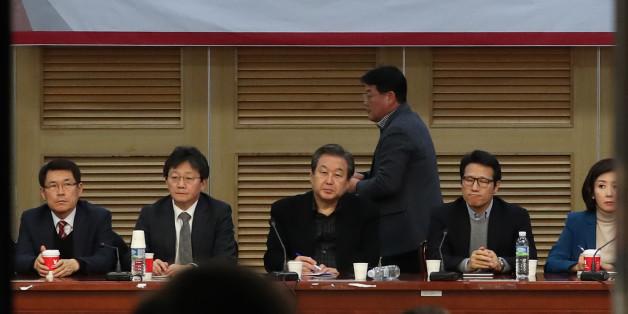 11일 오후 국회 의원회관에서 열린 새누리당 비상시국회의에서 김무성 전 대표, 유승민 의원 등 참석 의원들이 정국현안에 대해 논의하고 있다.