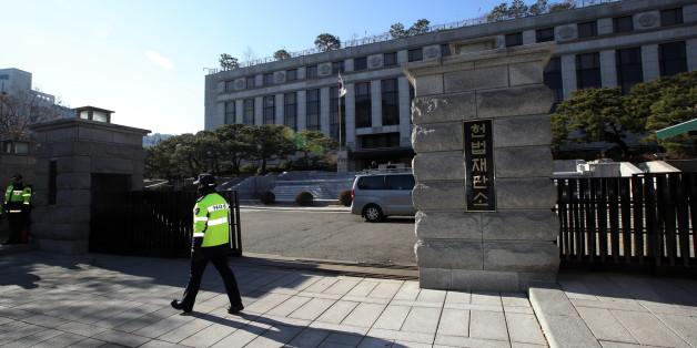 11일 오전 서울 종로구 헌법재판소 앞에서 경찰이 경계 근무를 서고 있다.