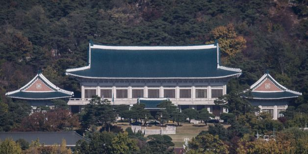 A general view shows the presidential Blue House in Seoul on November 1, 2016.The woman at the centre of the snowballing political scandal engulfing President Park Geun-Hye is a 'flight risk' and has been placed under emergency detention, South Korean prosecutors said. Choi Soon-Sil, who faces allegations of fraud and meddling in state affairs over her decades-long friendship with Park, was grilled for hours Monday after she returned to the country and handed herself in. / AFP / Ed Jones