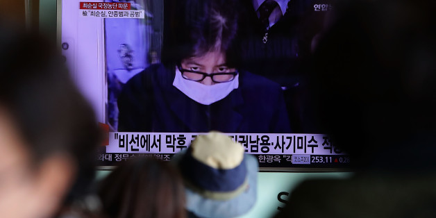 SEOUL, SOUTH KOREA - NOVEMBER 03:  South Koreans watchs a television broadcast reporting the political scandal on November 3, 2016 in Seoul, South Korea. The prosecutors were issued an arrest warrant for Choi Soon-sil for allegedly influencing state affairs and embezzling money by taking advantage of her close relationship with President Park Geun-hye.  (Photo by Chung Sung-Jun/Getty Images)