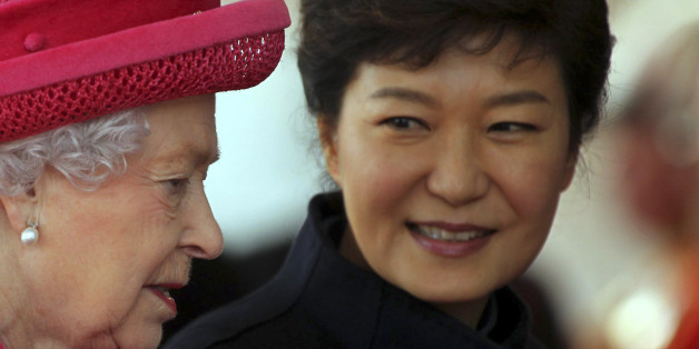 Britain's Queen Elizabeth (L) leads South Korea's President Park Geun-hye during a ceremonial welcome at Horse Guards Parade in London November 5, 2013. The President is on a three day state visit to Britain.  REUTERS/Sean Dempsey/pool   (BRITAIN - Tags: POLITICS ROYALS ENTERTAINMENT SOCIETY)