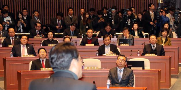 사의를 밝힌 새누리당 정진석 원내대표가 14일 오전 국회에서 열린 의원총회에서 발언하는 동안 참석 의원들이 귀를 기울이고 있다.