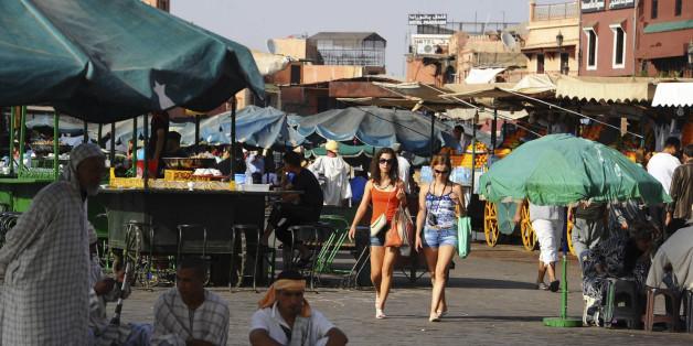 Des touristes sur la place Jemaa el-Fna, Marrakech
