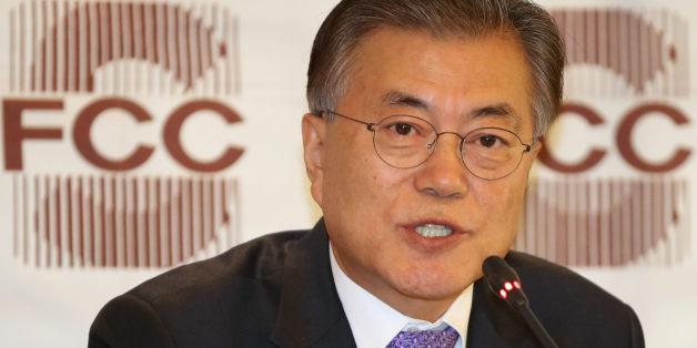 더불어민주당 문재인 전 대표가 15일 오후 서울 중구 프레스센터에서 열린 외신기자클럽 기자간담회에서 취재진의 질문에 답하고 있다.